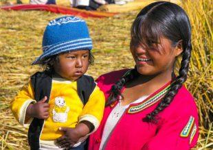 fillette au Pérou durant notre visite de lac Titticaca